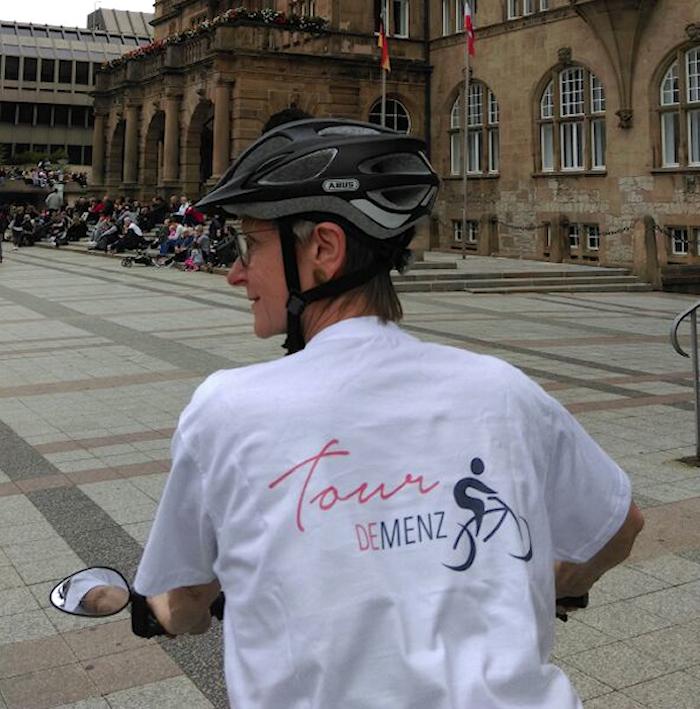 Fahrerin vor Bielefelder Rathaus